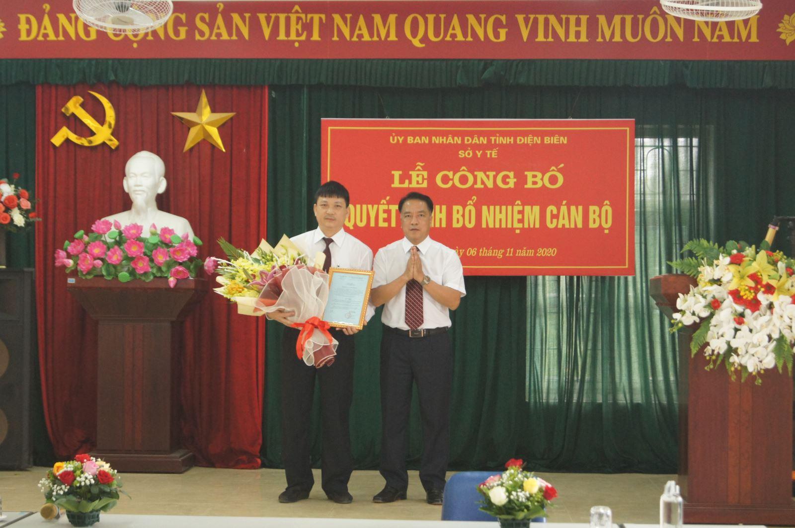 Đồng chí Phạm Giang Nam, Phó Giám đốc Sở Y tế trao Quyết định bổ nhiệm Giám đốc Bệnh viện Phổi tỉnh Điện Biên